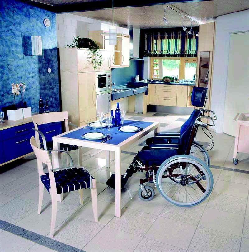 Esstisch mit hoher Bewegungsfreiheit für Rollstuhlfahrer.